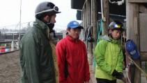 大寒の今日は雨。雨の中、騎乗の格好は人それぞれ