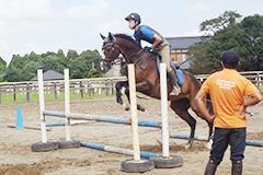少人数制で乗馬技術を習得(写真)
